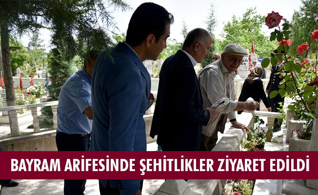 BAYRAM ARİFESİNDE ŞEHİTLİKLER ZİYARET EDİLDİ